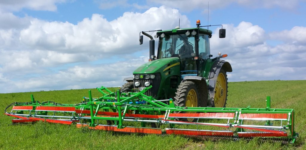 Combcutting implement in the field